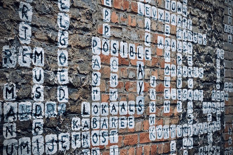 Scrabble auf Brickwand