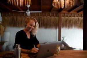 Texter-Coach Sandra arbeitet am Laptop für ihre Traum-Kunden